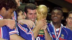Pemain yang dipanggil Zizou ini sudah mencuat sejak dua tahun sebelumnya dimana ia mampu mempersembahkan dua gol untuk Tim Nasional Prancis pada laga final dan berhasil menjuarai ajang Piala Dunia 1998. (Foto: AFP/Gabriel Bouys)