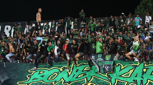 Suporter Persebaya Surabaya, Bonek, memberi dukungan saat tim kesayangannya bersua Persib Bandung pada laga pekan ke-23 Shopee Liga 1 2019, di Stadion Kapten I Wayan Dipta, Gianyar, Jumat (18/10/2019). (Bola.com/Aditya Wany)