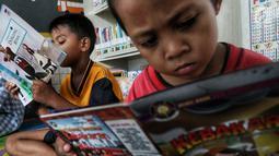 Anak-anak membaca buku di Ruang Perpustakaan RPTRA Kebon Sirih, Jakarta, Kamis (4/4). Gerakan Baca Jakarta ditujukan untuk anak-anak usia 7 hingga 12 tahun. (Liputan6.com/JohanTallo)