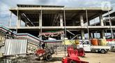 Wisatawan melintasi proyek pembangunan Pelabuhan Kali Adem, Muara Angke, Jakarta, Kamis (22/10/2020). Akibat wabah Covid-19, Pemprov DKI Jakarta terpaksa menghentikan pembangunan Pelabuhan Kali Adem dan akan melanjutkan kembali proyek pada 2021. (merdeka.com/Iqbal S. Nugroho)