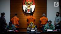 Wakil Ketua KPK, Lili Pintauli Siregar dan Juru Bicara KPK Ali Fikri memberikan keterangan di Gedung KPK, Jakarta, Selasa (30/06/2020). KPK kembali menahan tiga mantan anggota DPRD Jambi tersangka kasus dugaan suap pengesahan APBD 2017-2018. (merdeka.com/Dwi Narwoko)