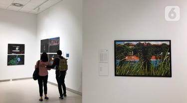 Pengunjung mengamati karya fotografi yang dipajang dalam pameran bertajuk Innovation di Erasmus Huis, Jakarta, Kamis (5/3/2020). Pameran yang menceritakan tentang inovasi dari karya dari 10 pewarta foto tersebut berlangsung hingga 5 April 2020. (Liputan6.com/Immanuel Antonius)