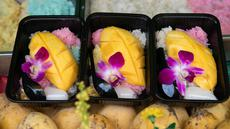 Ketan mangga ala Thailand yang dijual di pasar dalam Festival Vegetarian Phuket 2020 di Phuket, Thailand (20/10/2020). Pulau resor Phuket yang tersohor menggelar festival yang juga dikenal sebagai Festival Sembilan Dewa Kaisar itu pada 17-25 Oktober. (Xinhua/Zhang Keren)