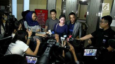 Pedangdut Dewi Persik diperiksa di kantor Subdit Ranmor Polda Metro Jaya, Jakarta.
