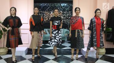 "Model mengenakan busana modest wear dalam trunk show yang bertajuk ""Helo Holy"" karya 3 desainer lokal berbakat di Fashion First, Jakarta, Kamis (3/5). Ketiga desainer tersebut adalah Nonita Respati dengan label Purana. (Liputan6.com/Arya Manggala)"