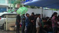 Di Bawah Hujan Deras, Umat Kristian Makassar Jalankan Jumat Agung (Liputan6.com/Eka Hakim)