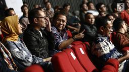 Gaya Menkominfo Rudiantara (dua kanan) saat menyaksikan konser Slank bersama Menaker Hanif Dhakiri (dua kiri) dan mantan menteri perindustrian Saleh Husein (kanan) di Jakarta, Selasa (27/2). Konser bertajuk 'Slank In Love'. (Liputan6.com/Faizal Fanani)