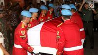 Anggota Paspampres mengangkat peti jenazah Presiden RI ke-3 BJ Habibie saat tiba di rumah duka Patra Kuningan Jakarta, Rabu (11/9/2019). Jenazah disambut keluarga, kerabat, dan pelayat yang sudah menunggu untuk disemayamkan di rumah duka sebelum dimakamkan di TMP Kalibata. (Liputan6.com/Angga Yuniar