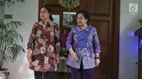 Ketua Umum PDIP, Megawati Soekarnoputri ditemani anaknya, Puan Maharani menyambut kedatangan cawapres 01 Ma'ruf Amin  di Jalan Teuku Umar, Menteng, Jakarta, Kamis (9/5/2019). Pertemuan Megawati dengan Ma'ruf ini merupakan silaturahmi antara pemimpin bangsa.   (Liputan6.com/Johan Tallo)