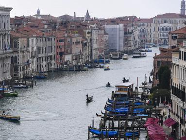 """Pemandangan dari gedung """"Fondaco dei Tedeschi"""" menunjukkan Kanal Besar di Venesia, Italia (4/11/2019). Kota kanal ini terkenal dengan sarana transportasi air, di antaranya gondola. (AFP Photo/Miguel Medina)"""