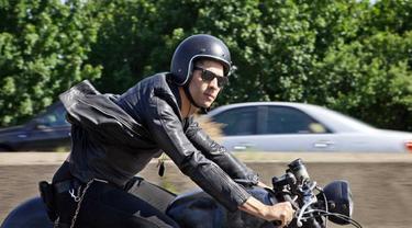 Berkendara motor dengan menggunakan kacamata hitam