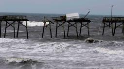 Jembatan pemancingan rusak setelah badai Florence menerjang Carolina Utara, AS, Minggu (16/9). Sebanyak 17 orang dilaporkan tewas akibat badai Florence yang menerjang Carolina Selatan dan Utara. (AP Photo/Tom Copeland)