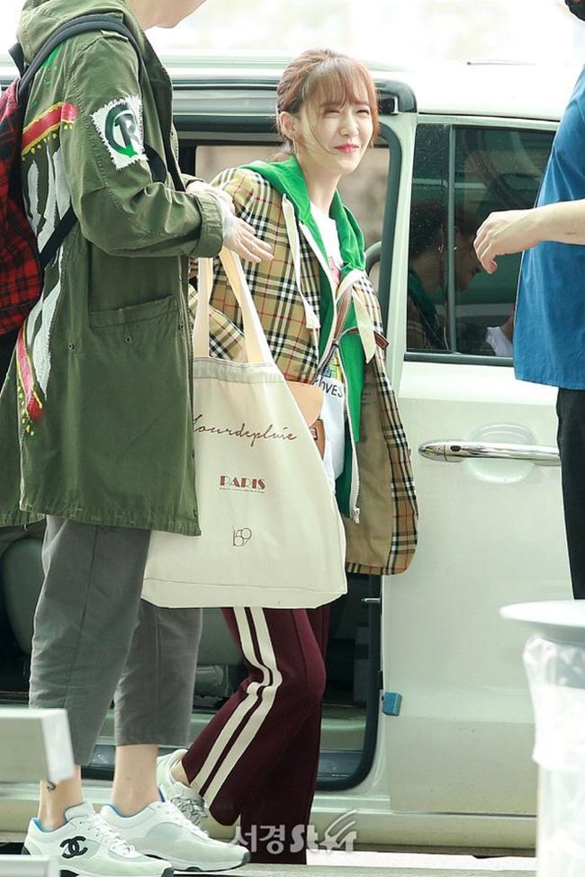 Yoona SNSD saat berada di bandara Icheon/copyright sedaily.com/Yoona Instagram/jje