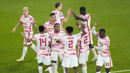 Namun RB Leipzig juga mampu menunjukan perlawanan sengit, wakil Jerman tersebut justru berbalik unggul melalui Andre Silva dan Nordi Mukiele. (AP /Christophe Ena)