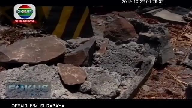 Truk tangki muat avtur mengalami kecelakaan tunggal di Jalan Raya Surabaya-Madiun KM 137-138, Desa Wadukan, Kecamatan Saradan. Truk bernopol L 9554 UC terguling sekitar pukul 12.00 WIB di pinggir hutan.