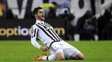 Striker Juventus, Alvaro Morata, merayakan gol yang dicetaknya ke gawang Inter Milan pada laga Serie A di Stadion Juventus, Italia, Minggu (28/2/2016). Juventus berhasil menaklukan Inter 2-0. (Reuters/Giorgio Perottino)