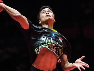 Tunggal putra Indonesia Anthony Sinisuka Ginting memukul kok ke arah Kento Momota dari Jepang pada laga final BWF World Tour Finals 2019 di Tianhe Gymnasium, Guangzhou, China, Minggu (15/12/2019).  Anthony Ginting gagal juara BWF World Tour Finals 2019 setelah takluk 21-17, 17-21, 14-21. (STR/AFP)