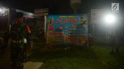 Petugas gabungan melakukan razia ke sebuah depot jamu yang ada di kawasan Duren Sawit, Jakarta, Jumat (25/5). Razia tersebut terus dilakukan selama bulan suci Ramadan 1439 Hijriyah. (Merdeka.com/Imam Buhori)