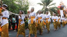 Peserta mengenakan pakaian adat pada karnaval Budaya Bali di kawasan Nusa Dua, Bali, Jumat (12/10). Karnaval tersebut untuk memeriahkan perhelatan Pertemuan Tahunan IMF - World Bank Group 2018 di Bali. (Liputan6.com/Angga Yuniar)