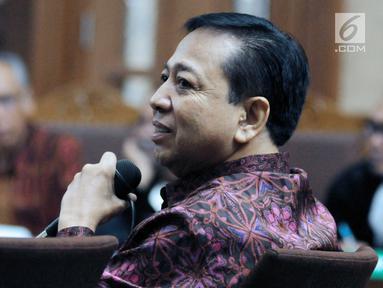 Terdakwa korupsi proyek e-KTP, Setya Novanto saat menjadi saksi pada sidang lanjutan dugaan merintangi penyidikan korupsiE-KTP dengan terdakwa Bimanesh Sutarjo di Pengadilan Tipikor, Jakarta, Jumat (27/4). (Liputan6.com/Helmi Fithriansyah)
