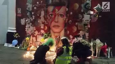 Untuk mengenang dan memberikan penghormatan, penggemar David Bowie berkumpul dan menyayikan lagu miliknya.