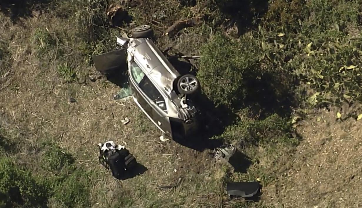 Foto udara yang diambil oleh KABC-TV memperlihatkan kondisi mobil milik Tiger Woods usai mengalami kecelakaan. (Foto: AP/KABC-TV)