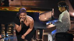 Penyanyi Alicia Keys saat berkolaborasi dengan sang putra Egypt Dean di panggung iHeartRadio Music Awards 2019 di Los Angeles, California, AS (14/3). Di acara tersebut Alicia Keys dan putranya membawakan dua lagu hitsnya. (AP Photo/Chris Pizzello)