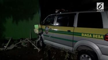 Diduga karena sopirnya mengantuk, sebuah mobil ambulan desa menabrak rumah warga