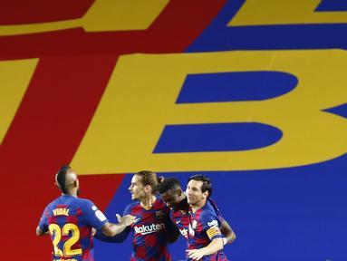 Pemain Barcelona Antoine Griezmann (kedua kiri) melakukan selebrasi usai mencetak gol ke gawang Leganes pada pertandingan La Liga Spanyol di Camp Nou, Barcelona, Spanyol, Selasa (16/6/2020). Wasit menganulir gol Griezmann karena menilai telah terjadi offside terlebih dulu. (AP Photo/Joan Montfort)