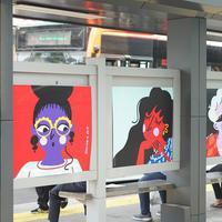 Suasana halte bus yang dihiasi karya seni rupa di Jalan Jenderal Sudirman, Jakarta, Selasa (27/8/2019). Karya seni yang dipajang di halte bus dan stasiun MRT tersebut dibuat dalam rangkaian acara Jakarta Art Week 2019. (Liputan6.com/Immanuel Antonius)