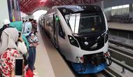 Para penumpang menunggu kedatangan kereta di Stasiun LRT Palembang, Sumatra Selatan, Minggu (5/7/2018). LRT ini akan menjadi salah satu solusi transportasi saat Asian Games mendatang. (Bola.com/Reza Bachtiar)