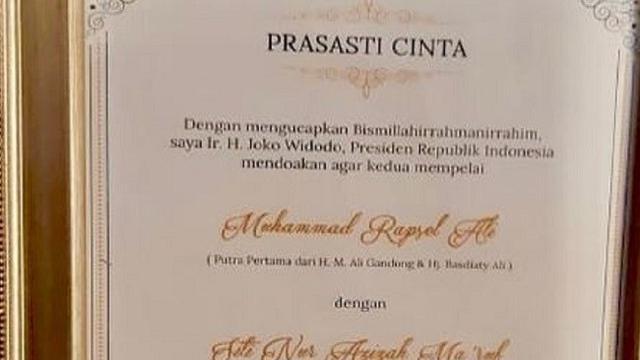 Tanda Tangan Jokowi Di Prasasti Cinta Pasangan Anak Maruf