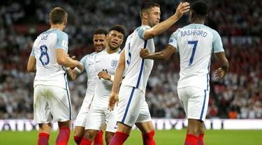 Para pemain Inggris merayakan gol Eric Dier (kiri) saat melawan Slovakia pada laga grup F kualifikasi Piala Dunia 2018 di Wembley stadium, London, (4/9/2017). Inggris menang 2-1. (AP/Frank Augstein)