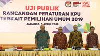 Ketua KPU Arief Budiman (dua kiri) foto bersama Komisioner KPU Ilham Saputra (kiri), Hasyim Asyari (dua kanan), Pramono Ubaid (kanan) saat uji publik rancangan peraturan KPU terkait Pemilu 2019, Jakarta, Kamis (5/4). (Liputan6.com/Herman Zakharia)