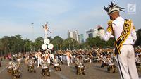 Parade marching band para sekolah tinggi di bawah Kementerian Perhubungan saat acara puncak Hari Perhubungan Nasional di Lapangan Silang Monas, Jakarta, Minggu (17/9). Acara tersebut turut dihadiri Menhub Budi Karya Sumadi (Liputan6.com/Immanuel Antonius)