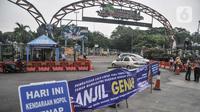 Mobil berpelat ganjil putar balik saat pemberlakuan ganjil genap di Taman Margasatwa Ragunan, Jakarta, Minggu (24/10/2021). Sistem ganjil genap di tempat wisata berlaku pada hari Jumat mulai pukul 12.00-18.00 WIB serta Sabtu dan Minggu pukul 07.00-14.30 WIB. (merdeka.com/Iqbal S. Nugroho)