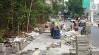 Pekerja mengerjakan proyek revitalisasi trotoar di kawasan Kemang, Jakarta, Kamis (31/10/2019). Revitalisasi trotoar Kemang yang ditargetkan rampung pada November 2019 ini untuk memaksimalkan kenyamanan pejalan kaki dan mendongkrak aktivitas ekonomi di kawasan tersebut. (Liputan6.com/Angga Yuniar)