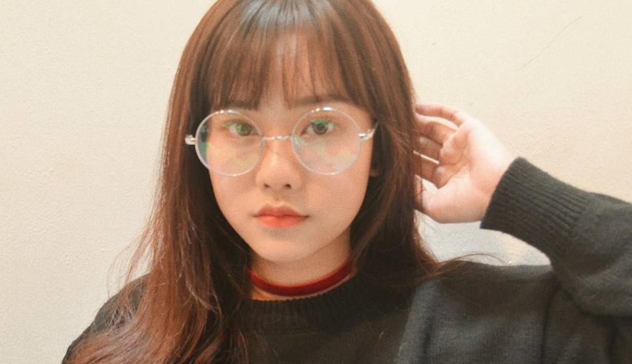 Adik kandung Jess No Limit, Jessica Jane, beberapa kali membagikan potret OOTD yang ia pakai ke media sosial pribadinya. Gaya casualnya kian modis dengan tambahan aksesoris kacamata. (Liputan6.com/IG/@jessicajane99)
