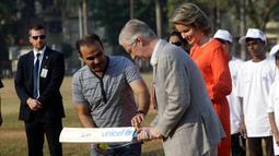 Pemain kriket India Virendar Shehwag mengajarkan Raja Philippe dan Ratu Belgia Mathilde bermain kriket di Oval Maidan di Mumbai, India, Jumat, (10/11). (AP Photo / Rajanish Kakade)