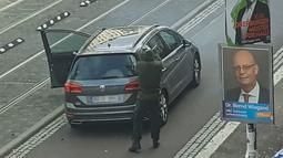 Seorang pria melepaskan tembakan di jalanan Halle an der Saale, Halle, Jerman, Rabu (9/10/2019). Insiden penyerangan terjadi saat perayaan hari raya umat Yahudi, Yom Kippur. (Andreas Splett/ATV-Studio Halle/AFP)