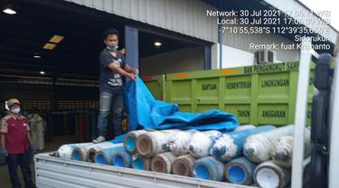 Tabung oksigen donasi Kagama Jatim dibagikan ke rumah sakit. (Dian Kurniawan/Liputan6.com)