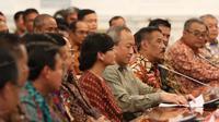 Umuh Muchtar, Glen Sugita  saat bertatap muka dengan Presiden RI, Joko Widodo dan perwakilan klub - Asprov PSSI di Istana Negara, Jumat (16/4/2016). (Nicklas Hanoatubun)