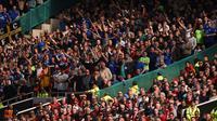 Para suporter Cardiff merayakan kemenangan atas Manchester United pada laga Liga Inggris di Stadion Old Trafford, Manchester, Minggu (12/5). MU kalah 0-2 dari Cardiff. (AFP/Oli Scarff)