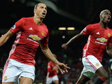 Pemain Manchester United, Zlatan Ibrahimovic dan Paul Pogba merayakan gol ke gawang Southampton pada laga Liga Premier Inggris di Stadion Old Trafford, Manchester, Inggris, Sabtu (20/8/2016). MU menang 2-0 atas Southampton. (AFP/Oli Scarff)