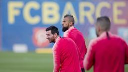 Pemain Barcelona, Lionel Messl dan Arturo Vidal, saat latihan jelang laga Liga Champions di Barcelona, Senin (16/4). Barcelona akan berhadapan dengan Manchester United. (AP/Joan Monfort)
