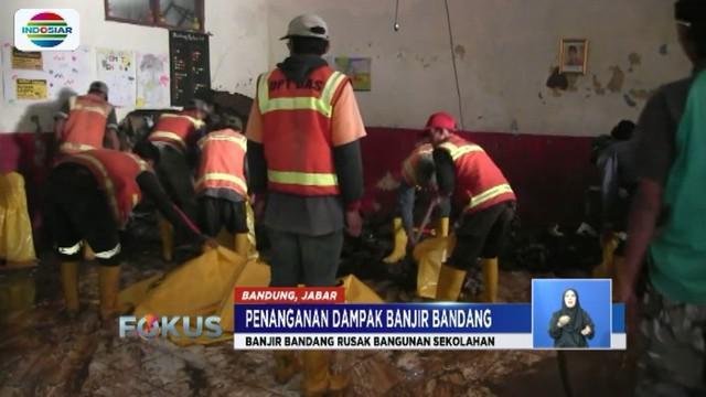 Dinas PU Bandung bersihkan gedung SD Negeri Cijambe, Ujungberung, yang terdampak banjir.
