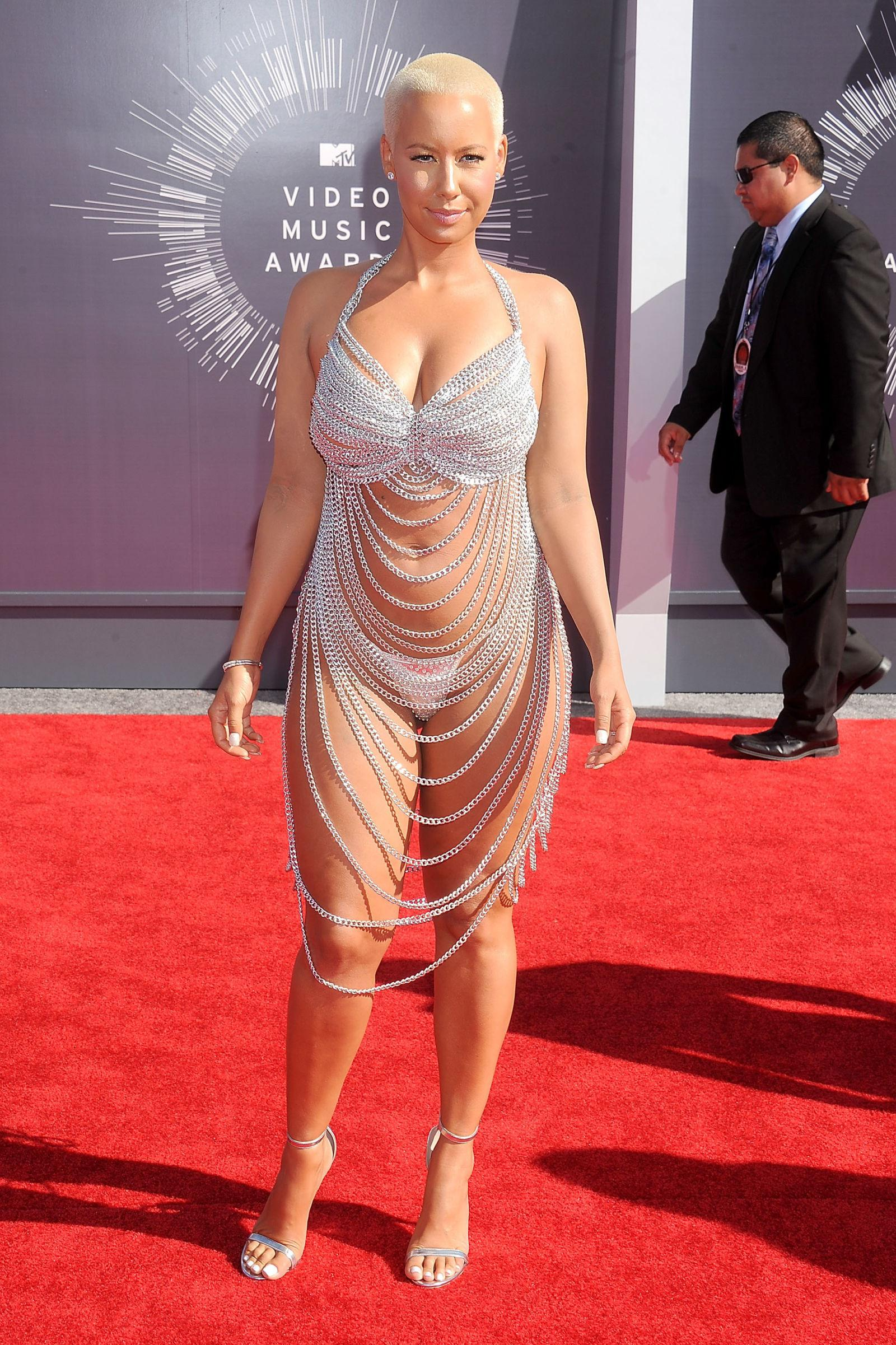 Simak deretan selebritas Hollywood dengan gaya busana yang kontroversial berikut ini. (Foto:Marieclaire.com)