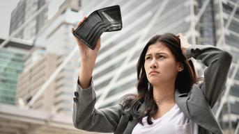 5 Drama yang Sering Terjadi Ketika Mau Kirim Uang ke Orangtua