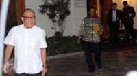 Mantan Ketua Umum Partai Golkar, Aburizal Bakrie (kiri) berjalan usai bertemu Presiden ke-3 RI, BJ Habibie di Jakarta, Selasa (14/6/2016). Pertemuan berlangsung tertutup membahas susunan Dewan Kehormatan Partai Golkar. (Liputan6.com/Helmi Fithriansyah)