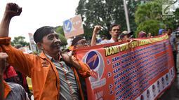 Karyawan PT Pos Indonesia berunjuk rasa di depan Gedung Direksi PT Pos Indonesia, Jakarta, Senin (25/6). Mereka menuntut manajemen PT Pos Indonesia membagi keuntungan dan jasa produksi perusahaan tahun 2017. (Liputan6.com/Arya Manggala)